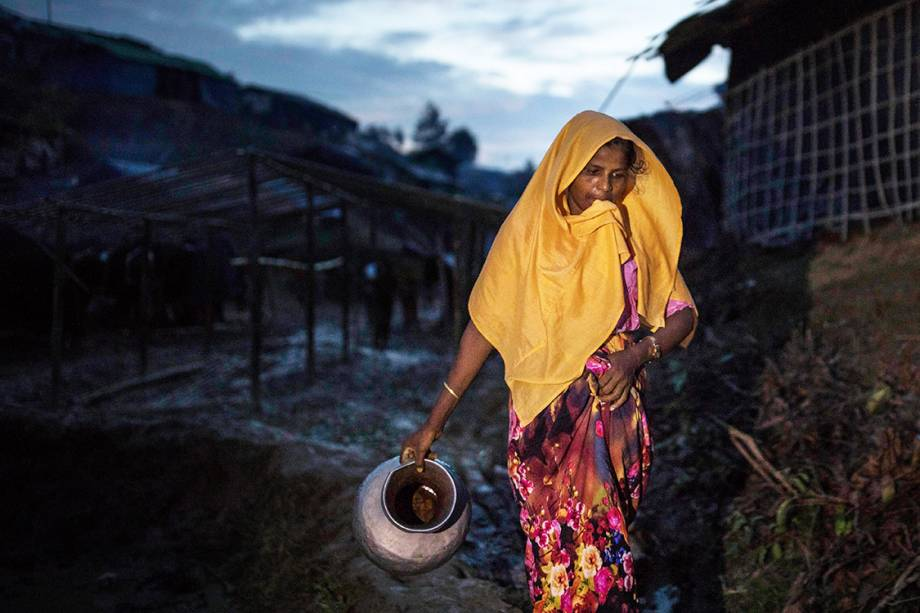 Mulçumana rohyngia caminha por um acampamento de refugiados em Bangladesh - 10/09/2017