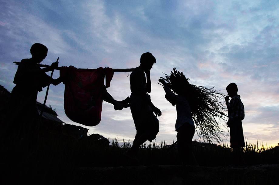 Refugiados rohyngias durante travessia entre as fronteiras de Myanmar e Bangladesh - 10/09/2017