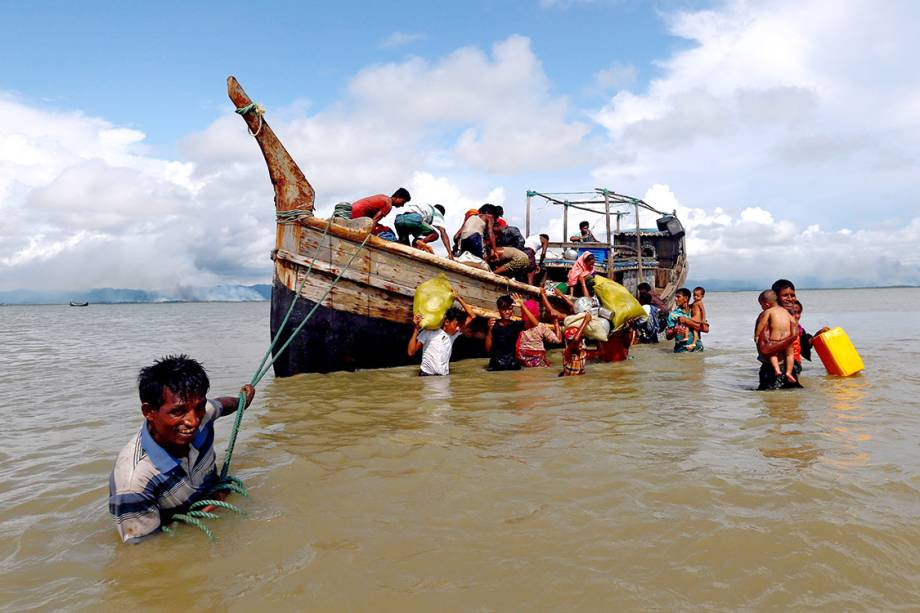 Refugiados rohyngias desembarcam após cruzarem a fronteira de Myanmar e Bangladesh - 11/09/2017