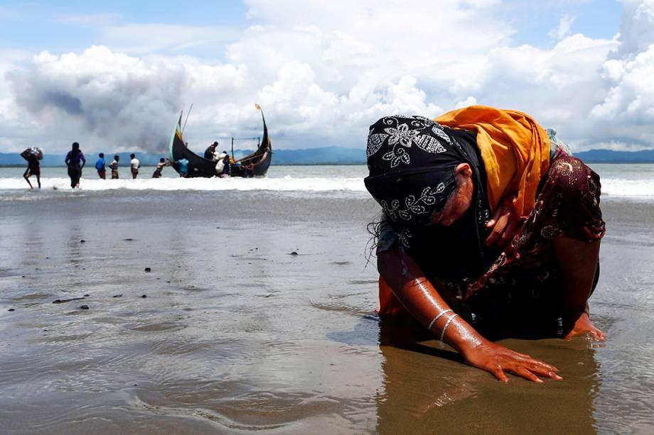 Uma refugiada rohingya chega exausta a Bangladesh após fugir de barco de Myanmar - 11/09/2017