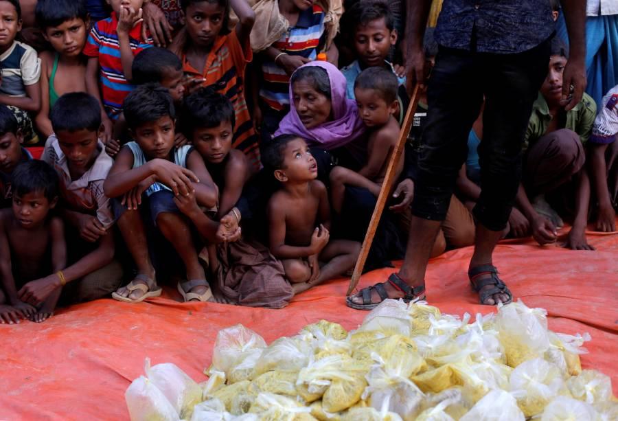 Crianças refugiadas aguardam para receberem comida distribuída por uma ONG local, em Bangladesh - 12/09/2017