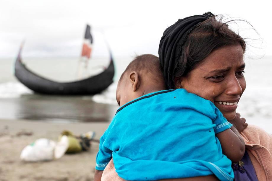 Refugiada rohingya chora com seu filho nos braços ao chegar em Bangladesh - 12/09/2017