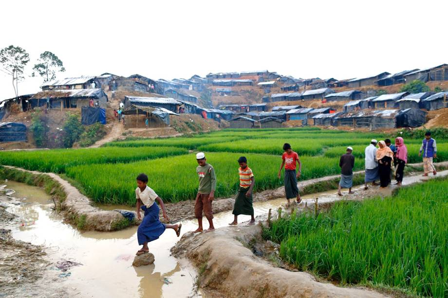 Mulçumanos rohingyas caminham sobre um canal em um campo de refugiados, em Bangladesh - 13/09/2017