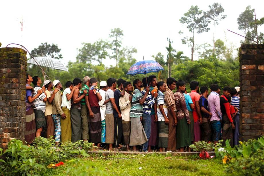Refugiadas rohingyas aguardam para receberem comida distribuída por uma ONG local, em Bangladesh - 13/09/2017