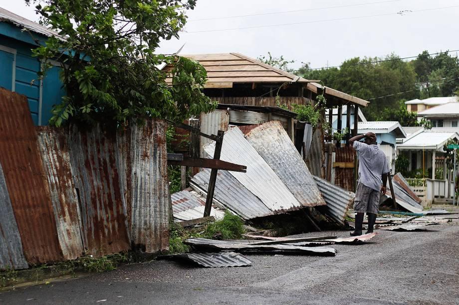 Homem observa a casa destruída após passagem do furacão Irma em St. John's, em Antígua e Barbuda - 06/09/2017