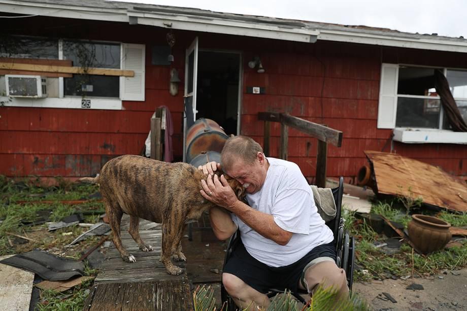 Dono resgata próprio cachorro e lamenta perda de sua casa para o furacão Harvey, que atingiu a costa leste dos Estados Unidos