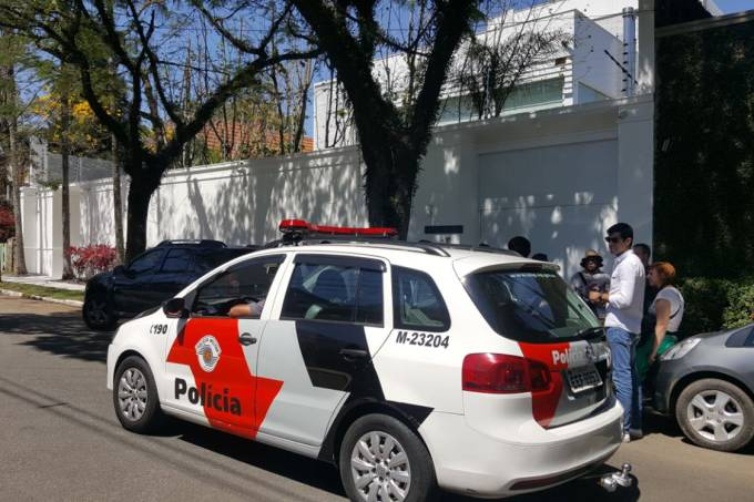 Carro da Polícia Militar em frente à casa de Joesley Batista
