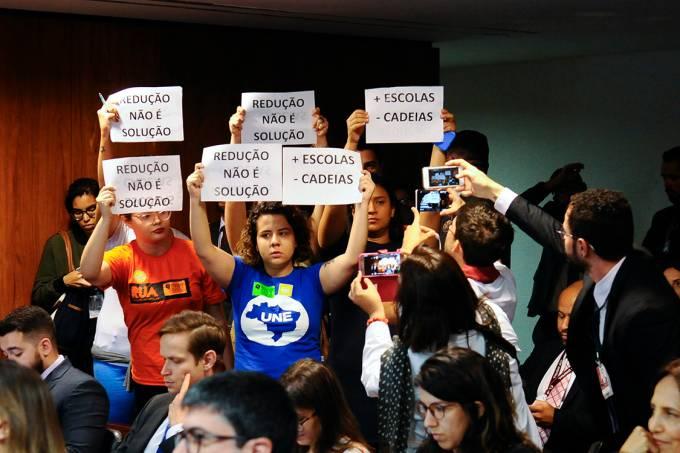 Manifestantes protestam contra a redução da maioridade penal na CCJ, em Brasília – 27/09/2017