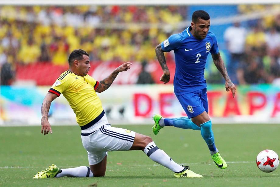 Daniel Alves durante disputa de bola na partida entre Brasil e Colômbia