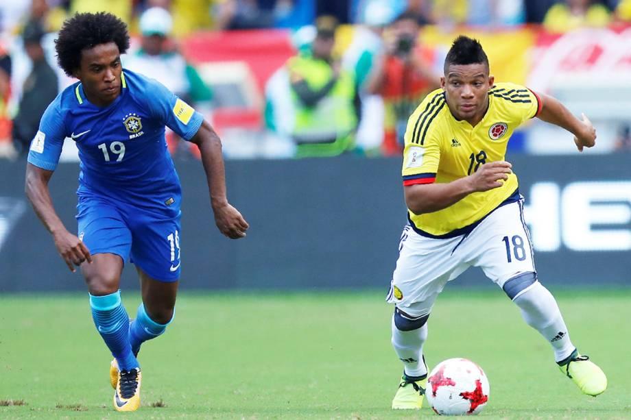 Willian e o colombiano Frank Fabra durante lance na partida entre Brasil e Colômbia