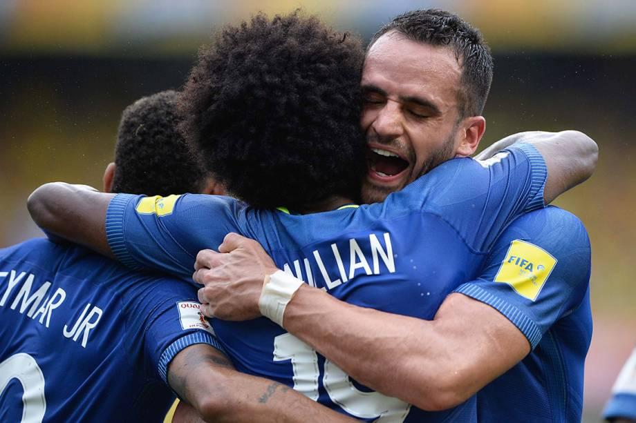 Jogadores do Brasil comemoram gol contra a Colômbia, pelas Eliminatórias da Copa da Rússia, em Barranquilla