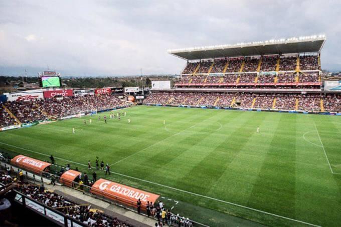Jogo entre Saprissa e Grécia no estádio Ricardo Saprissa, na Costa Rica