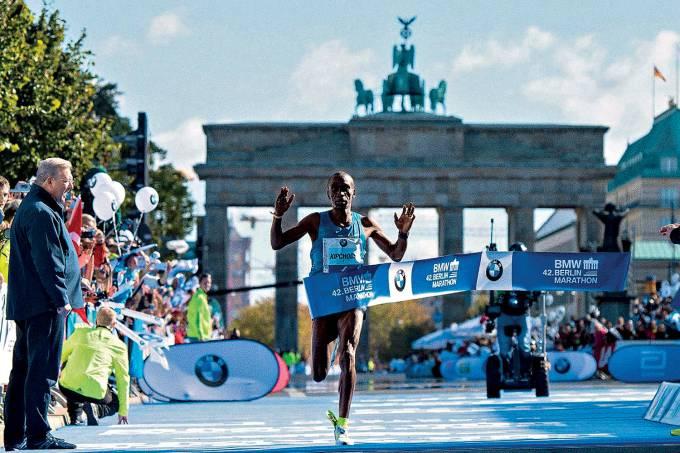 FAVORITO – O queniano Kipchoge, vencedor da prova em 2015, busca o bicampeonato e o recorde mundial