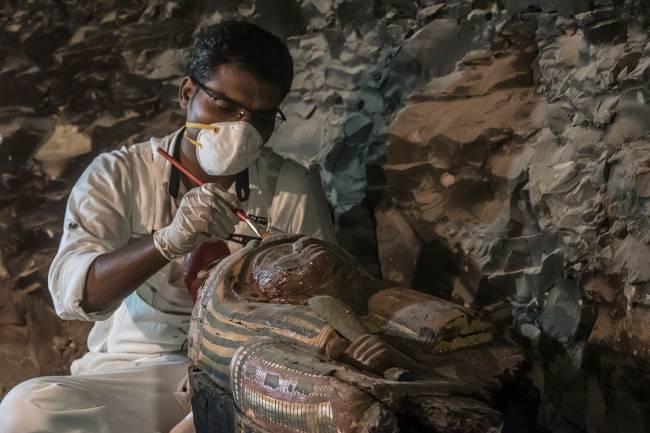 Arqueólogos escavam tumbas recém-descobertas no Egito
