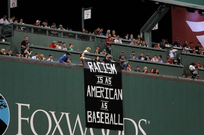 Faixa sobre o racismo durante partida de beisebol nos EUA