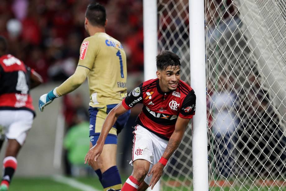 Lucas Paqueta comemora após marcar para o Flamengo contra o Cruzeiro