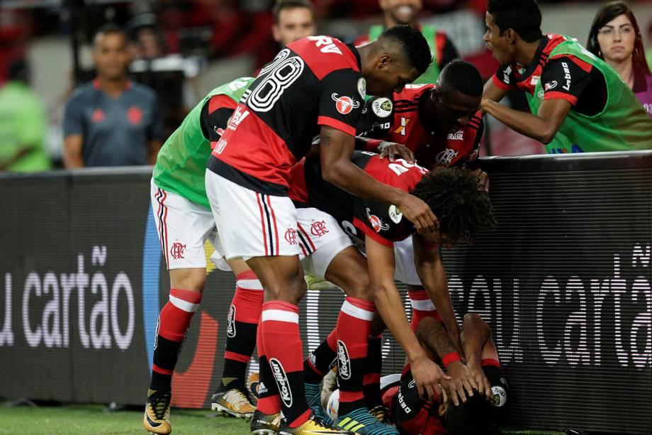 Jogadores do Flamengo comemoram gol contra o Cruzeiro