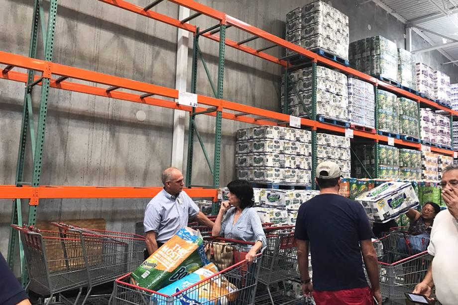 Pessoas esvaziam supermercado em busca de suprimentos, na cidade de Deerfield, na Flórida, durante a passagem do furacão Irma
