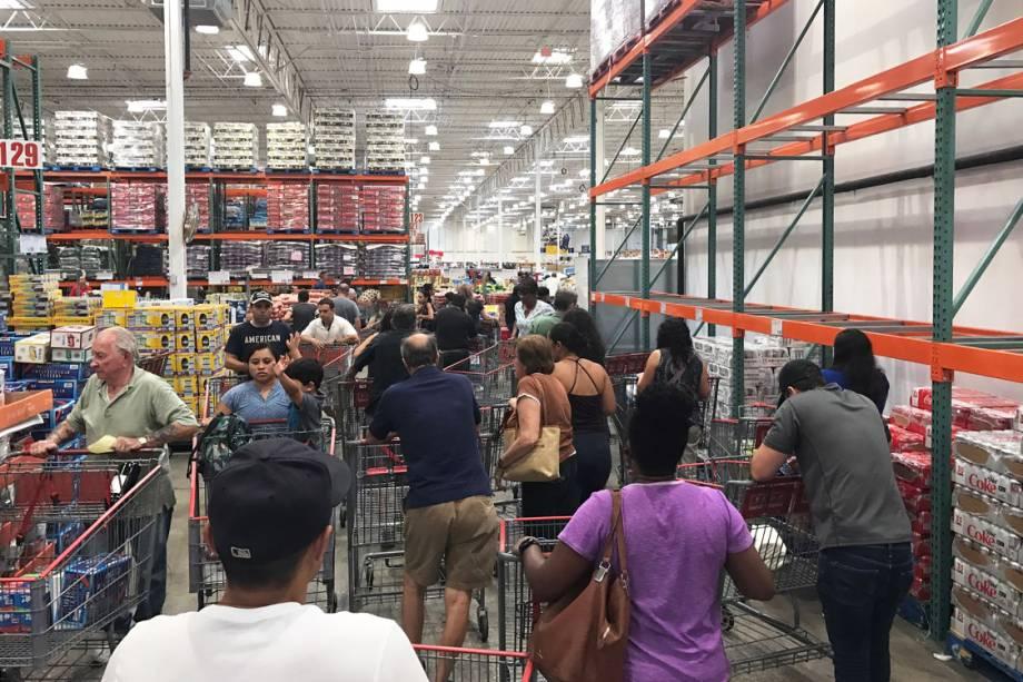 Pessoas fazem fila em supermercado na cidade de Deerfield, na Flórida, durante a passagem do furacão Irma
