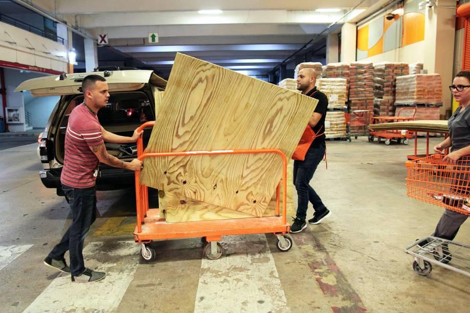 Pessoas compras materiais em uma loja de ferragens, durante preparação para a chegada do furacão Irma, em Bayamon, Porto Rico