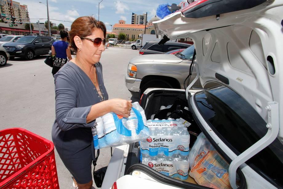 Moradora carrega carro com água e suprimentos, durante preparação para a chegada do furacão Irma, em Miami