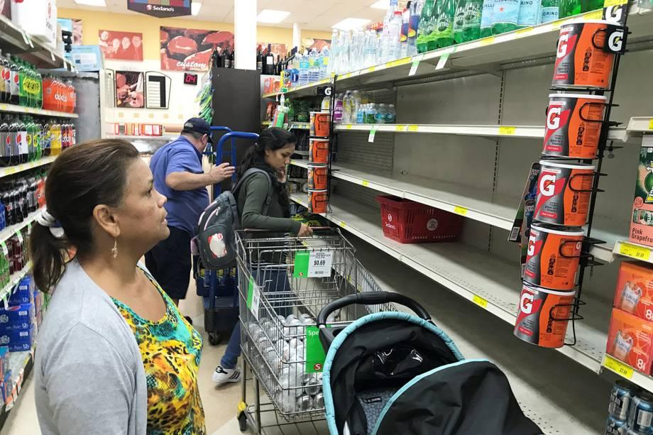 Supermercado fica sem estoque de água, devido as preparações para a chegada do furacão Irma, em Miami
