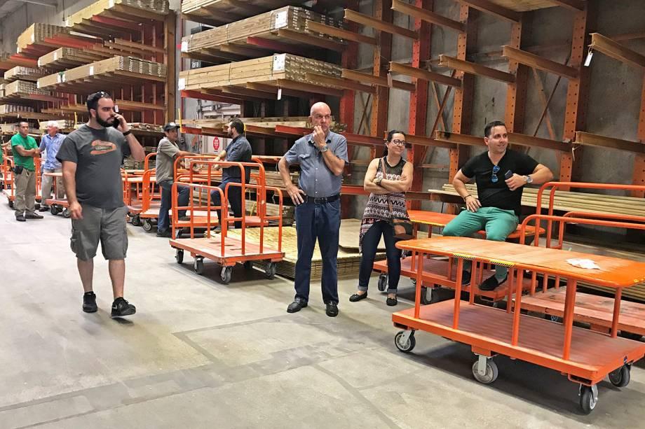 Loja de ferragens ficam sem estoque devido as preparações para a chegada do furacão Irma, em Miami