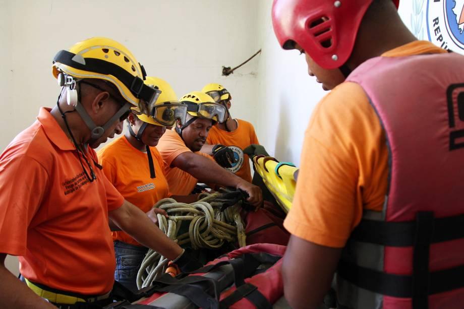 Membros da defesa civil preparam os equipamentos para a chegada do furacão Irma, em Santo Domingo, República Dominicana