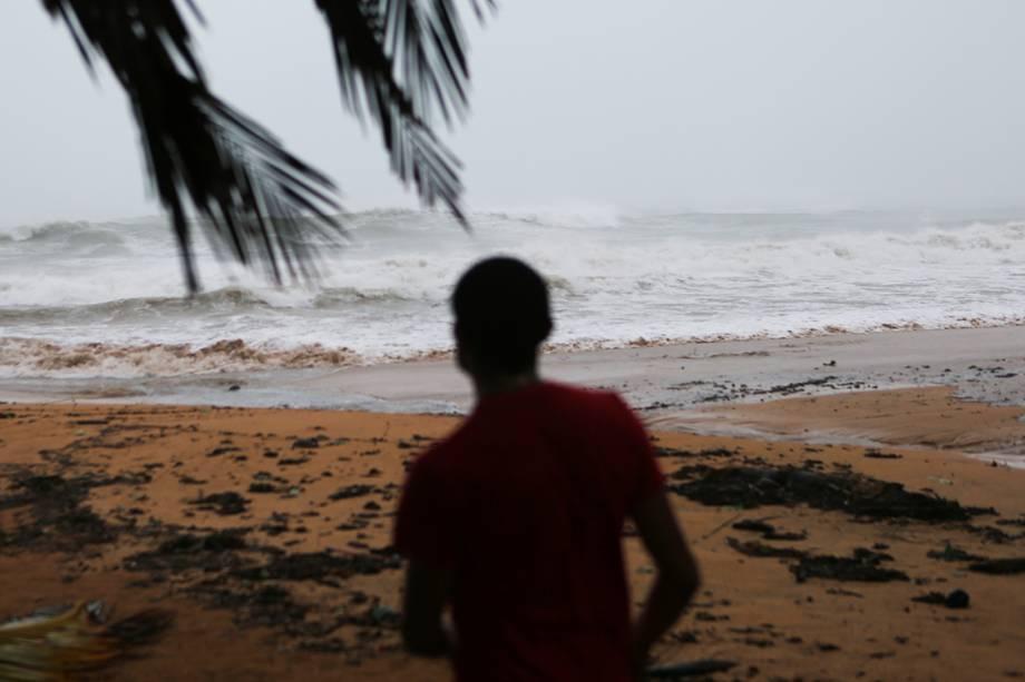 Homem observa mar agitado na praia de Luquillo, devido ao furacão Irma, em Porto Rico
