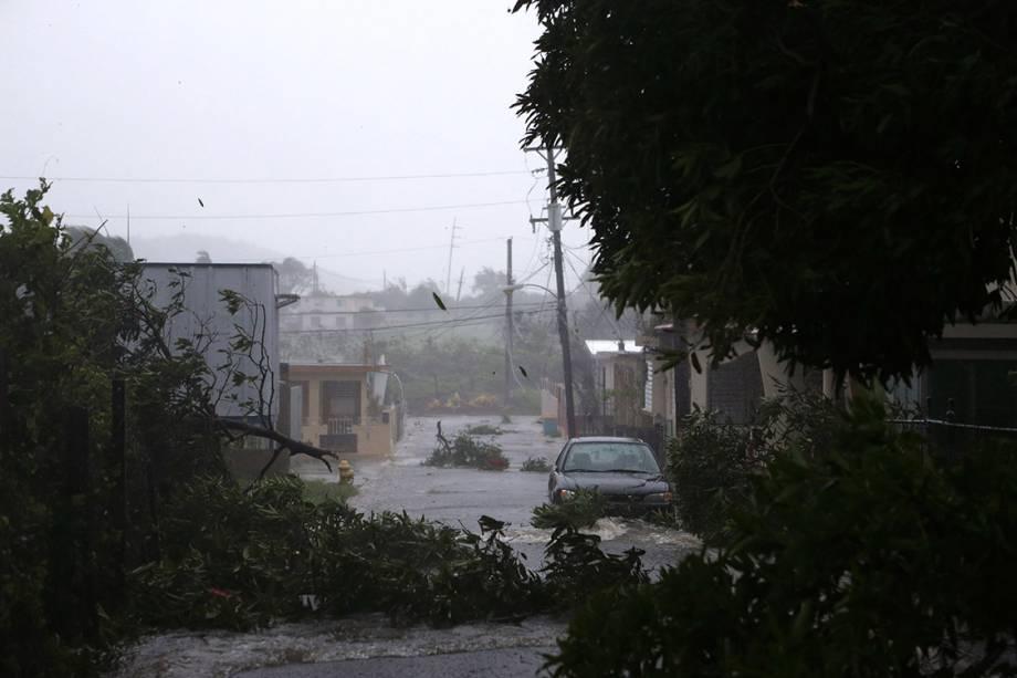 Uma rua fica inundada durante a passagem do furacão Irma, na cidade de Fajardo, Porto Rico