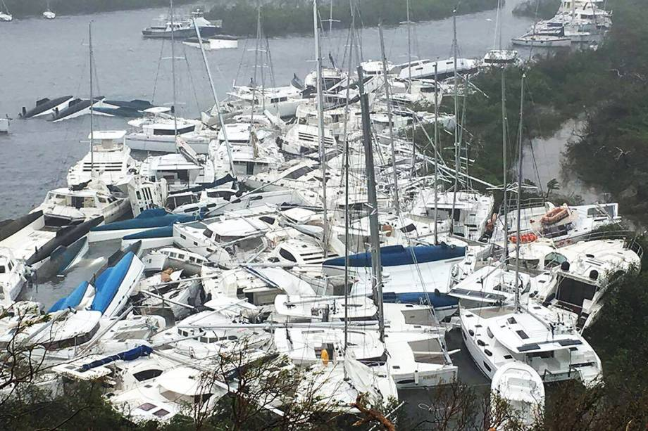 Barcos são empurrados pelo vento e se amontoam na costa durante passagem do furacão Irma, nas  Ilhas Virgens Britânicas