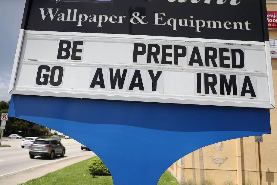 Pessoas deixam suas casas antes da chegada do furacão Irma, que deve atingir o Estado norte-americano da Flórida - 07/09/2017