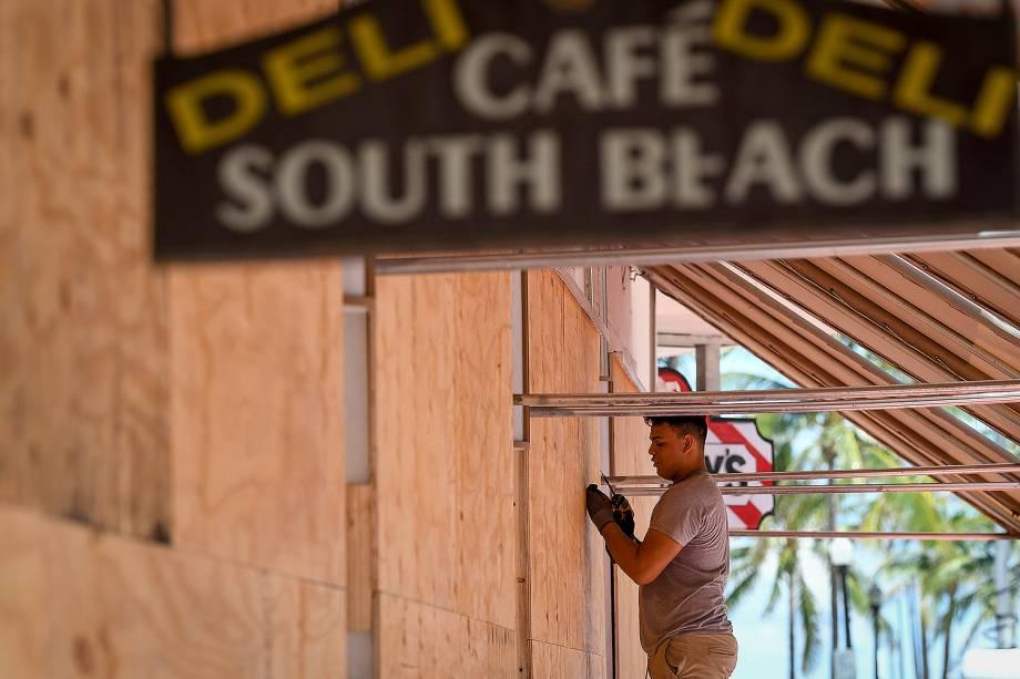 Pessoas se preparam para a chegada do furacão Irma, que deve atingir o Estado norte-americano da Flórida - 07/09/2017