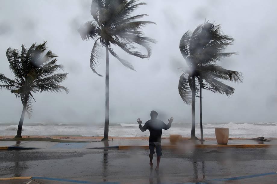 Homem é fotografado em meio a fortes ventos na costa de Luquillo, em Porto Rico, durante a passagem do furacão Irma pelo Caribe - 06/09/2017