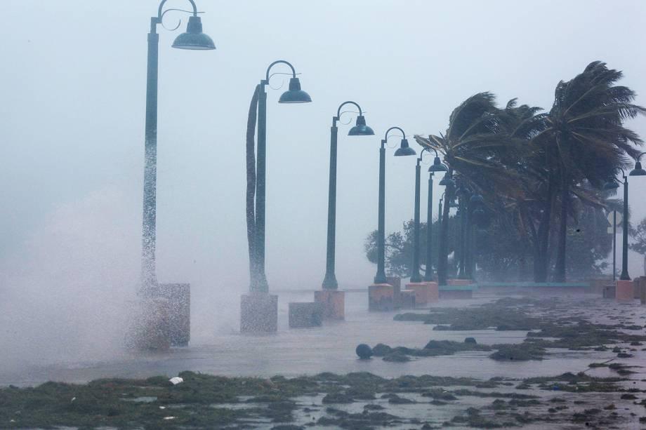 Ondas gigantes batem na costa de Fajardo, em Porto Rico, durante a passagem do furacão Irma pelo Caribe - 06/09/2017
