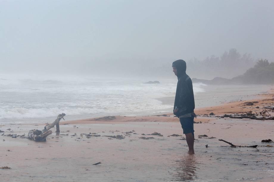 Homem é fotografado em meio a fortes ventes na costa de Luquillo, em Porto Rico, durante a passagem do furacão Irma pelo Caribe - 06/09/2017