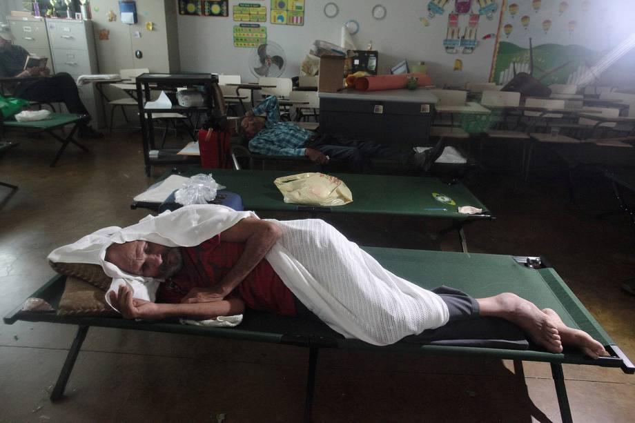 Desabrigados foram socorridos em uma escola na cidade de Luquillo, em Porto Rico, durante a passagem do furacão Irma pelo Caribe - 06/09/2017