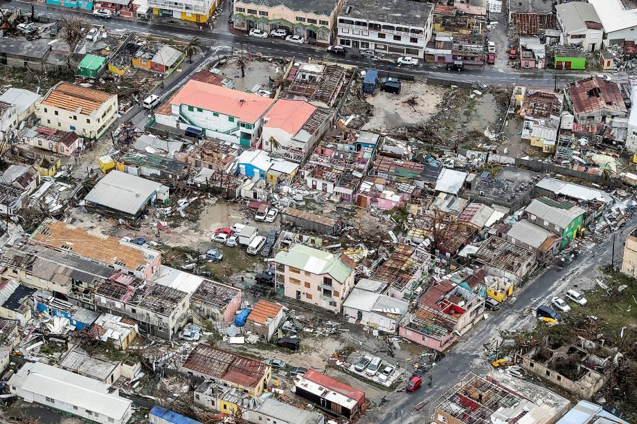 Vista aérea mostra casas destruídas após passagem do furacão Irma pela Ilha de Saint Martin, no Caribe - 07/06/2017