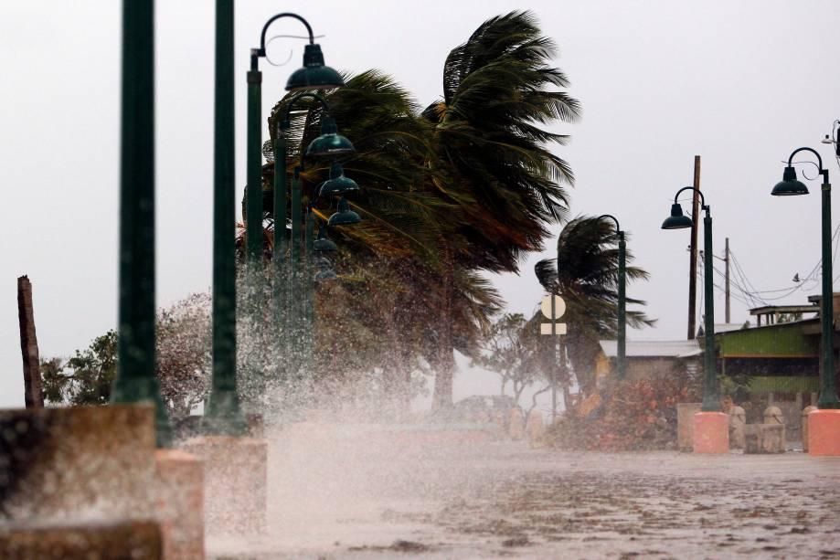 Fortes ventos atacam a cidade costeira de Fajardo enquanto o furacão Maria se aproxima de Porto Rico - 19/09/2017