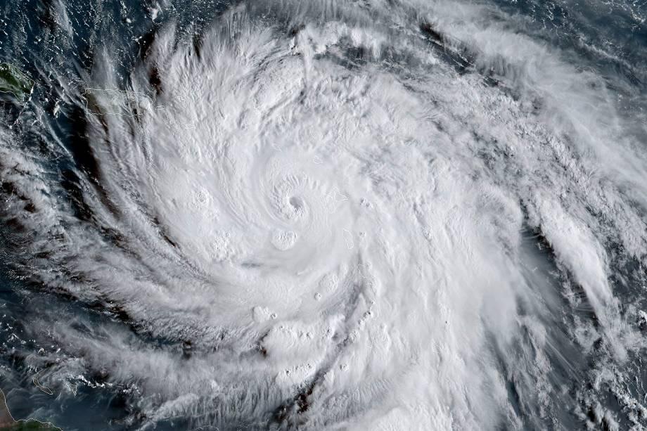 A imagem de satélite feita pela Administração Nacional Oceânica e Atmosférica (NOAA), mostra o furacão Maria. A tempestade chegou nesta terça-feira (19) à ilha do Caribe Oriental da Dominica, em Porto Rico
