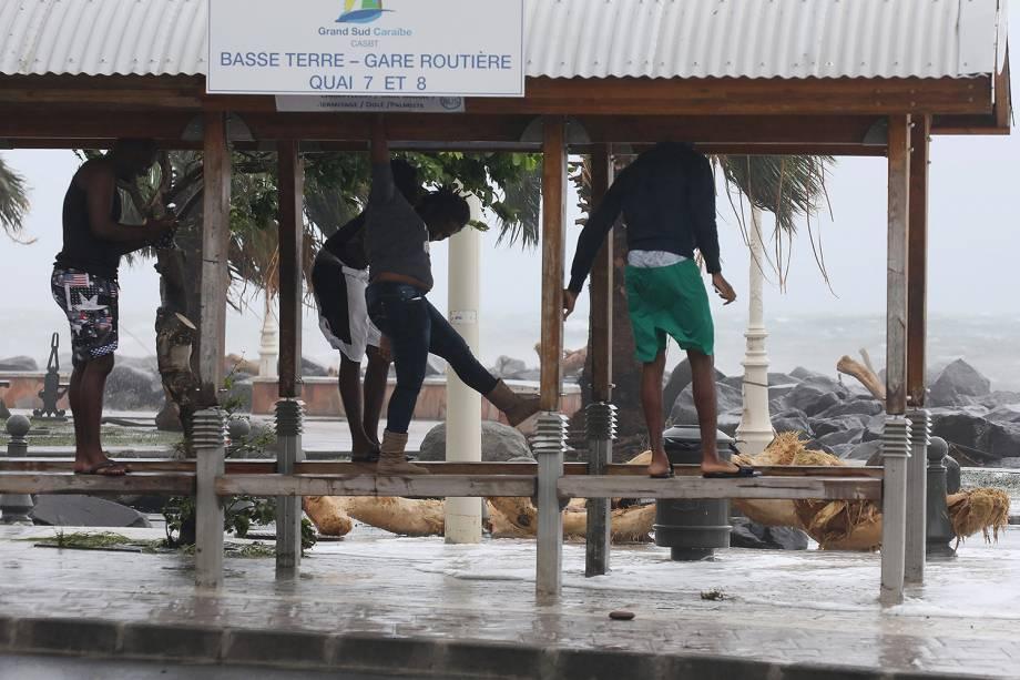 Furacão Maria atinge a cidade de Basse-Terre na ilha francesa do Caribe de Guadalupe. A tempestade chegou à categoria 5, considerada potencialmente catastrófica, e atingiu outras ilhas caribenhas como Dominica, em Porto Rico - 19/09/2017