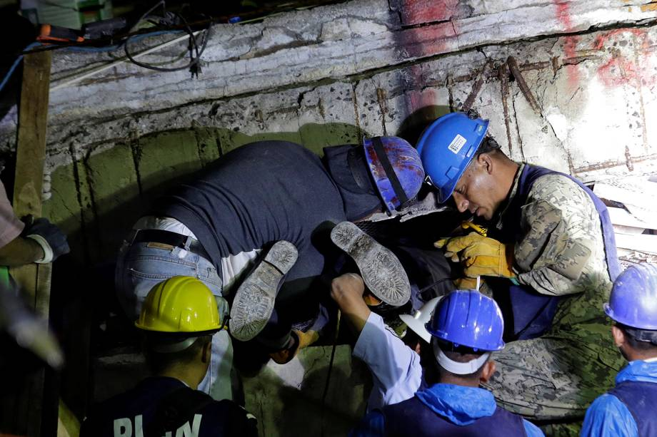 Equipes de resgate localizam menina de 12 anos com vida sob escombros na escola Enrique Rebsamen, no México - 21/09/2017