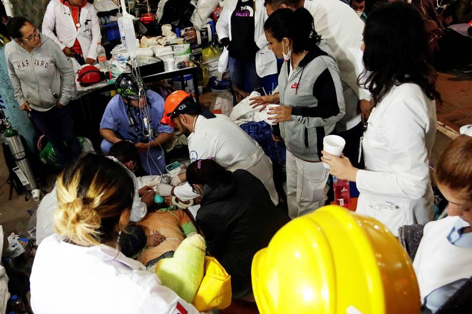 Equipes de resgate socorem sobreviventes na escola Enrique Rebsamen, que desabou após o terremoto no México - 21/09/2017