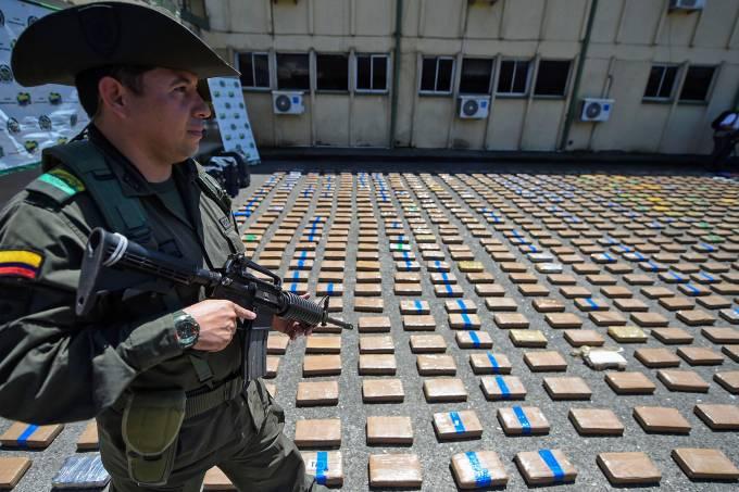 Policiais colombianos interceptam carregamento de droga do cartel Clã do Golfo com destino à Europa