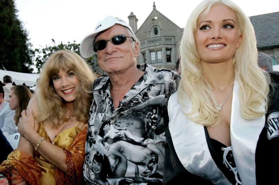 O fundador da revista Playboy, Hugh Hefner, é acompanhado pela ex-namorada Barbi Benton e a atual, Holly Madison, durante uma pré-festa da ESPY Awards na Playboy Mansion em Beverly Hills, na Califórnia - 12/07/2005