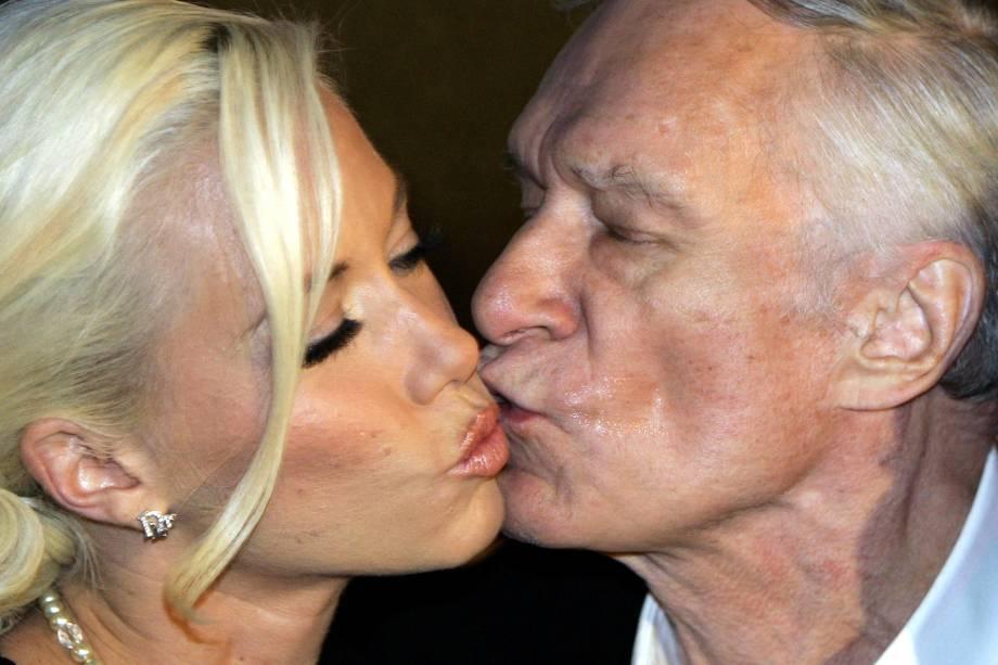 O fundador da revista Playboy, Hugh Hefner, beija a namorada Kendra Wilkinson após sua chegada para a festa de 80 anos no famoso clube de Munique, P1 - 31/05/2006