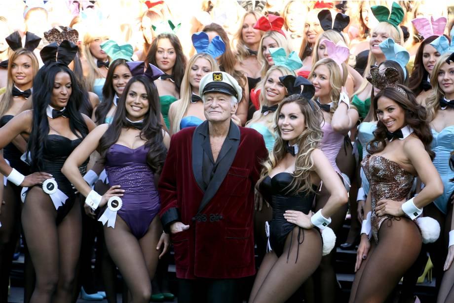 Hugh Hefner posa para foto com as coelhinhas durante a comemoração dos 60 anos da Playboy em Los Angeles, na Califórnia - 16/01/2014