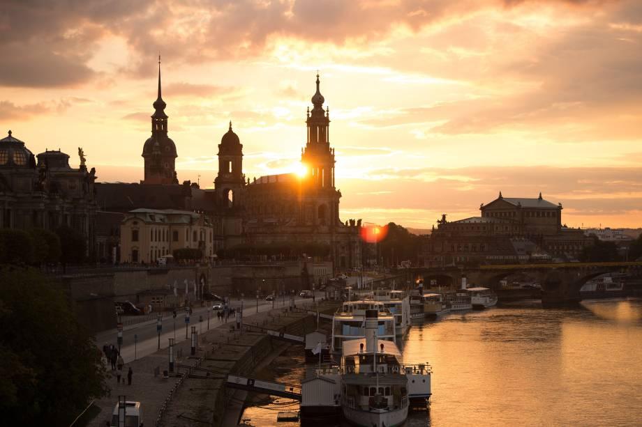 O pôr do sol é fotografado atrás da igreja Hofkirche, Catedral da Santíssima Trindade, perto do rio Elba, na cidade de Dresden, capital da Saxônia, na Alemanha - 18/09/2017