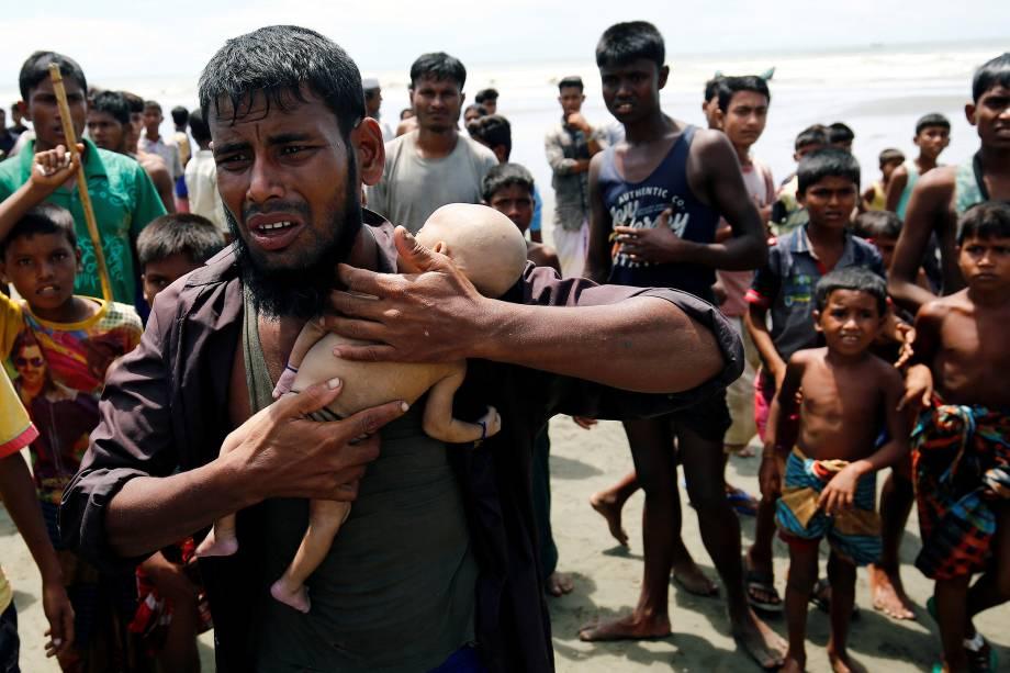 Nasir Ahmed, um refugiado Rohingya chora quando segura seu filho de 40 dias, que morreu quando um barco virou na margem de Shah Porir Dwip enquanto atravessava a fronteira de Myanmar para Bangladesh, em Teknaf - 14/09/2017