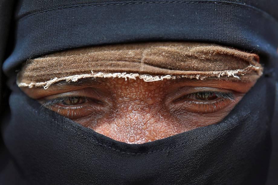 O fotógrafo Cathal McNaughton capta o olhar de um refugiado rohingya no acampamento Cox's bazar, em Bangladesh, enquanto espera receber ajuda - 27/09/2017